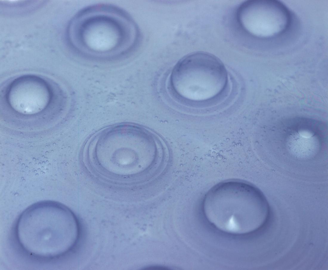 PixCell_Saturation[部分], 2004, <br>シリコーンオイル, 顔料, エアーポンプ, 蛍光灯, アクリル, 270 x 526 x 526 cm