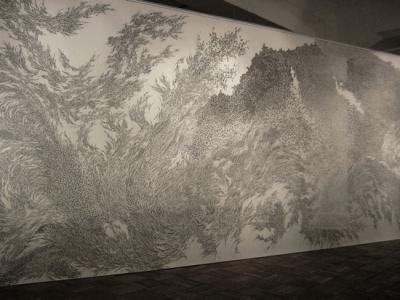 「blessing wall」、2006、紙、240 × 750 cm