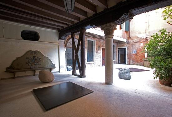 「Resonance」展覧会風景、2007、第52回ベニスビエンナーレ、Palazzo Palumbo Fossati© Fondazione Mudima Milano