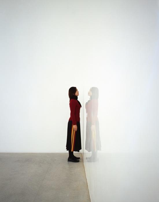嵯峨篤「cube on white/white on cube(部分)」、2005、500 x 546 x 833 cm、<br>壁(4面)/EPパテ(薄付け用)、EP塗装(白)、金沢21世紀美術館展示風景、<br>撮影:斎城卓