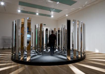 「Rotating Labyrinth」、2007、ミラー加工ステンレス、アルミニウム、モーター