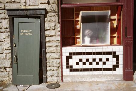 Untitled (Door, White and black tile, Paramount lot)、2000年、ピグメント・プリント、55.9 x 71.1 cm、© Eggleston Artistic Trust. Courtesy Cheim & Read, New York