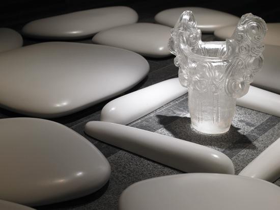 「フラットストーン」、2007年、セラミック、アクリル樹脂、展示サイズ:487.5 x 314.6 x 8.8cm、Photo by Richard Learoyd