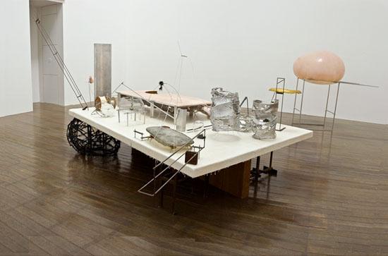 「宇宙11次元計画」、2011年、225 x 290 x 340 cm、ミクストメディア