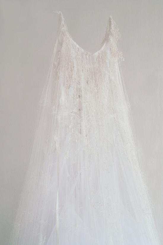 「untitled -brides-」、2012年、サイズ可変、ウェディングドレス