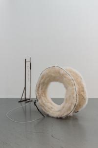 土屋信子《レールフィッシュ》2014年、ミクストメディア、117 x 125 x 240 cm、撮影: 表恒匡 | SANDWICH