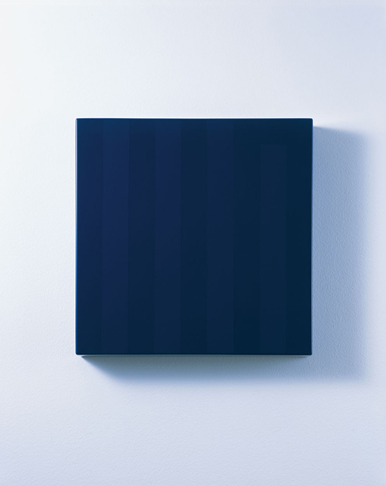 《inside/002》2015年、MDF、ウレタン塗装、 33.3 x 33.3 x 5 cm 撮影:斎城卓