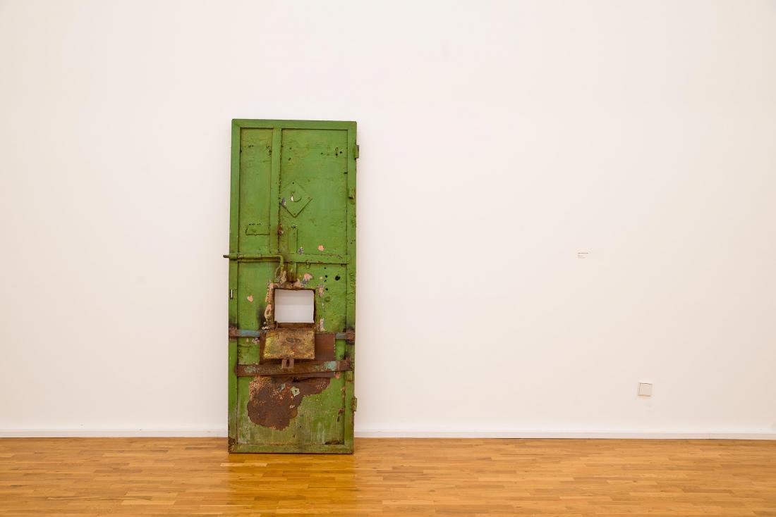 """Vajiko Chachkhiani """"Moment in and out of time"""" (2014), metal, wax, 190×80×40 cm"""